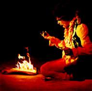 جیمی هندریکس درحال به آتش کشیدن گیتار خود در پایان کنسرت