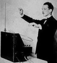لئون ترمین در حال نواختن ساز خود