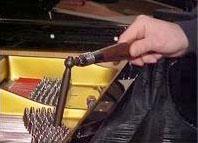 کوک پیانو به آچار مخصوص احتیاج دارد. استفاده  از انبردست برای تنظیم یک سیم باعث آسیب  دیدن پین های نگهدارنده سیمها می شود.