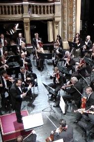 علی رهبری در حال اجرا با ارکستر فیلارمونیک اسلواکی