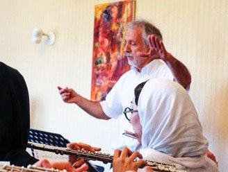 سعید تقدسی در حال تمرین با کر فلوت تهران
