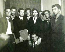 مرتضی حنانه در کنار جمعی از نوازندگان ارکستر سمفونیک تهران